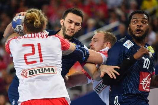 Le Français Romain Lagarde (au centre) lors du match face au Danemark, à Zagreb, le 28 janvier.