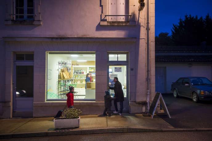 Jaulnay n'a pas échappé à la dévitalisation des cœurs de villes. Depuis un an, des bénévoles assurent les permanences pour maintenir la boulangerie ouverte.