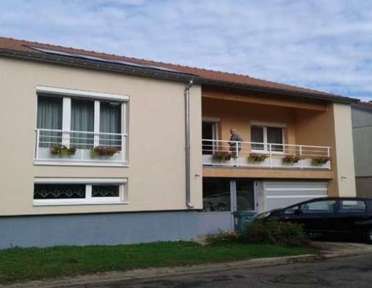 Un des 11 pavillons déjà entièrement rénovés dans le quartier de Clairlieu, à Villers-lès-Nancy. Sur son toit, des panneaux solaires thermiques chauffentdésomais l'intérieur, complétés par une chaudière aux copeaux de bois.