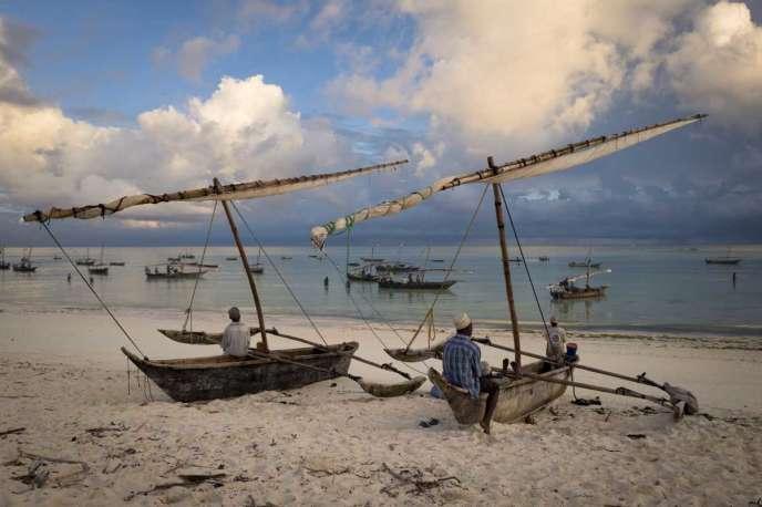 Des pêcheurs avec leurs bateau, en Tanzanie.