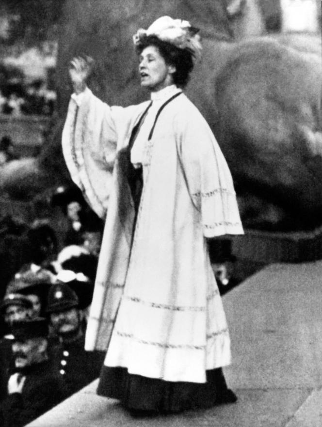 Emmeline Pankhurst (1858-1928), l'une des fondatrices du mouvement des suffragettes britanniques, à Trafalgar Square, à Londres, le 11octobre 1908. Son nom est associé à la lutte pour l'émancipation des femmes dans la période immédiatement après la première guerre mondiale.