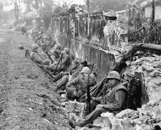 Une unité de marines au repos après une bataille, près du palais impérial de Hué, en février1968.
