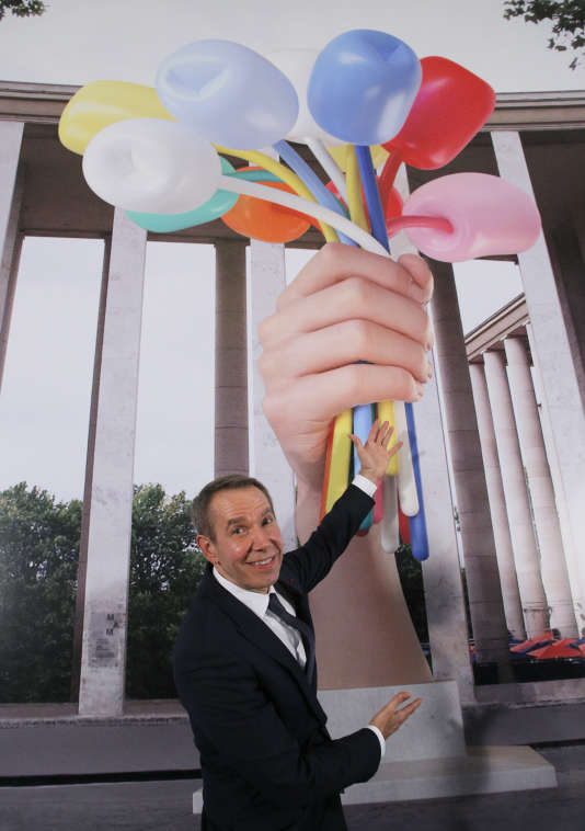 Jeff Koons devant une photo de son « Bouquet of Tulips » à l'ambassade américaine à Paris en novembre 2016.