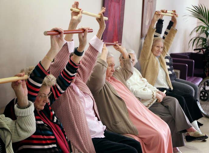 Séance de gymnastique dans une maison de retraite de la Côte d'Azur.