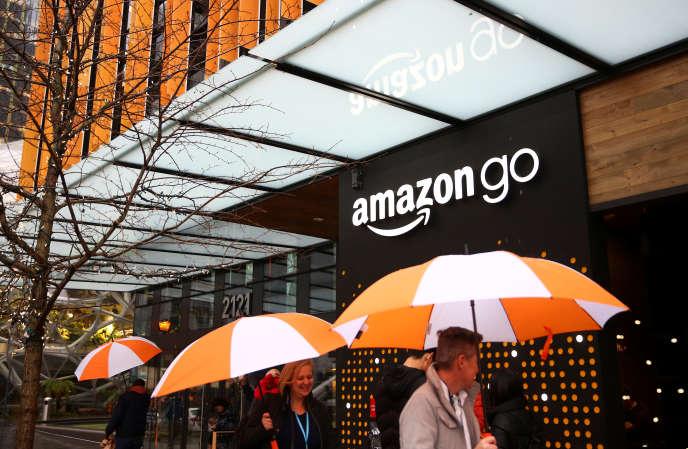 «Aux Etats-Unis, les emplois de base des super et hypermarchés sont mal payés (le salaire horaire n'atteignait que 68 % de la moyenne nationale en 2017) et sont très rarement couverts par une convention collective». (Photo : le nouveau magasin Amazon Go, à Seattle (Etat de Washington), le 29janvier).