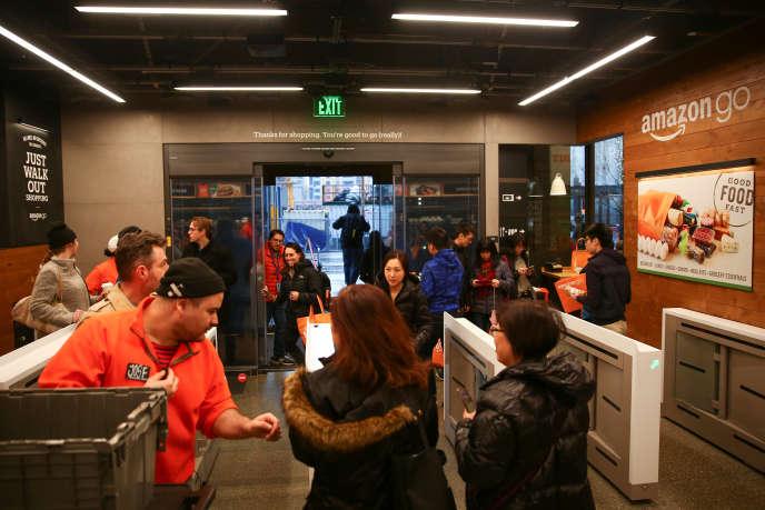 «La grande distribution, comme bien d'autres secteurs, est à la recherche de gains de productivité. Les innovations technologiques des trente dernières années l'y ont aidé, mais elles se sont majoritairement accompagnées d'une diminution des effectifs du personnel de caisse qui représente, à lui seul, un quart des frais de personnel d'un magasin». (Photo : A la sortie du nouveau magasin Amazon Go, à Seattle, le 29 janvier).