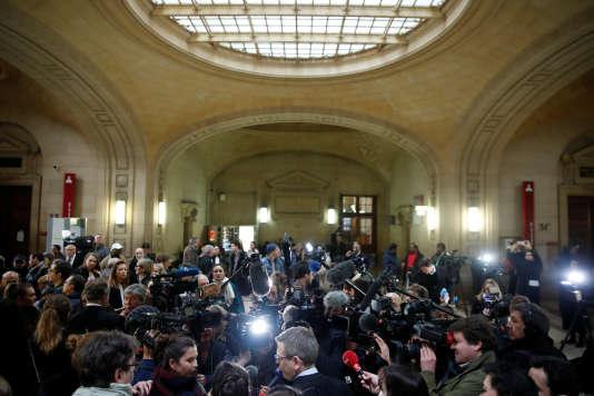 Des journalistes réunis au Palais de Justice de Paris, avant une audience du procès de Jawad Bendaoud, le 24 janvier.