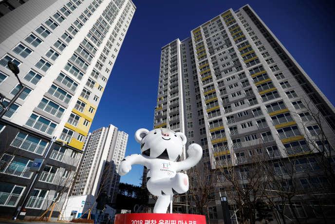 La mascotte des Jeux olympiques d'hiver, dans le village olympique deGangneung, le 25 janvier.