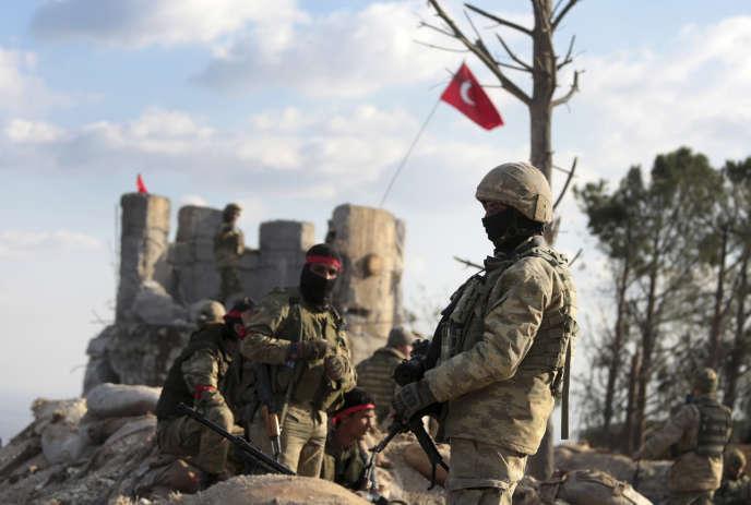 Combattants syriens soutenus par l'armée turque sur la colline de Bursayah, entre la zone kurde et la frontière turque, près d'Afrin, le 28 janvier.