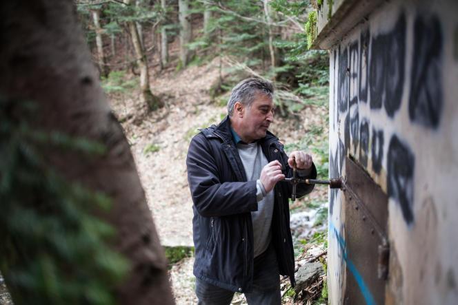 Serge Beschi, maire de La Motte-d'Aveillans (Isère), ouvre la porte du citerneau «des grenouilles», le 25 janvier.