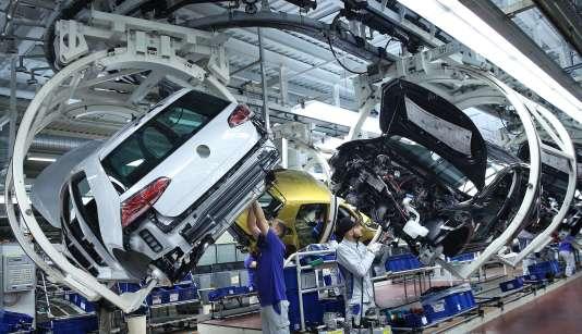 Chaîne d'assemblage de laGolf VII à l'usine Volkswagen deWolfsburg (Allemagne), enmars2017.