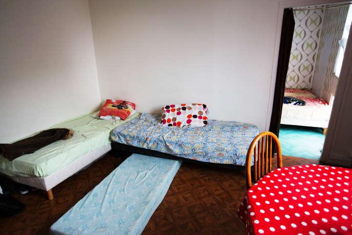 Cela fait environ 25 ans que Mr. Baalouche essaye de se reloger avec sa famille : sa femme, deux filles et deux fils. Ils vivent à six dans un deux pieces du vingtième arrondissement de Paris. Dû à la petitesse du logement, les relations entre les membres de la famille sont souvent tendues, explique le père de famille. Les hommes et les femmes sont séparés pour dormir. Cette pièce est réservée à la mère et à leur fille, l'autre aux hommes.