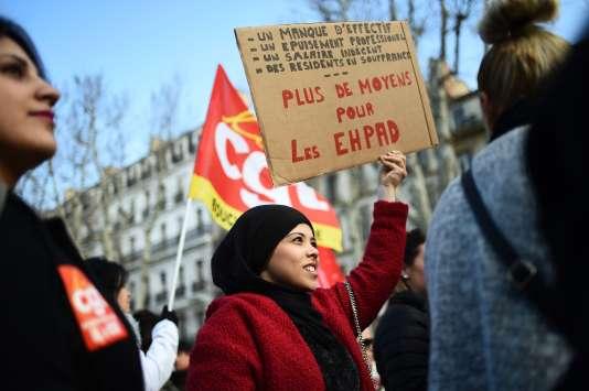 Des employés d'Ehpad manifestent à Marseille, le 30 janvier.