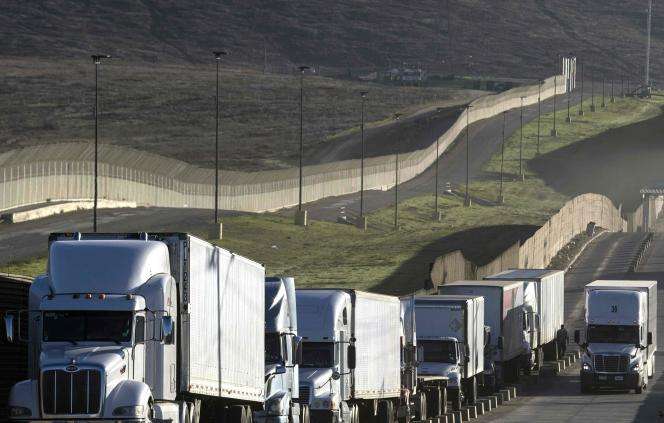 Des camions à la frontière entre les Etats-Unis et le Mexique, à Tijuana, le 22 janvier.