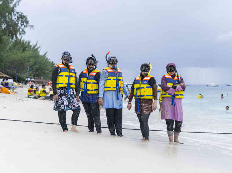 """«En 1985, les parents de Thomas Egli partent en lune de miel à Gili Trawangan, une petite île indonésienne alors idyllique. Trente ans plus tard, Thomas Egli revient sur leurs pas, mais c'est une île consumée par le tourisme de masse qu'il découvre. A Circulation(s), son reportage photographique est présenté sous la forme d'une installation à l'humour grinçant: un comptoir d'agence de voyages avec pour seule destination cette """"île paradisiaque"""".»"""