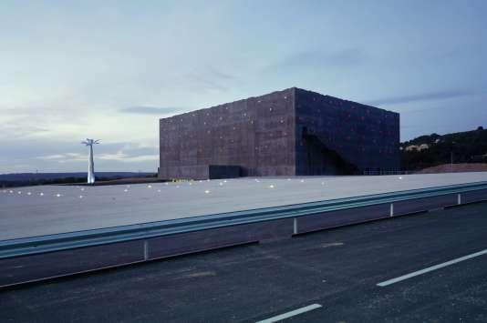 architecture le stadium de vitrolles sort de l oubli. Black Bedroom Furniture Sets. Home Design Ideas