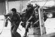 Des Rangers sud-vietnamiens,sous le feu des Vietcong, transportent un camarade blessé, à Saïgon, le 6 février 1968.