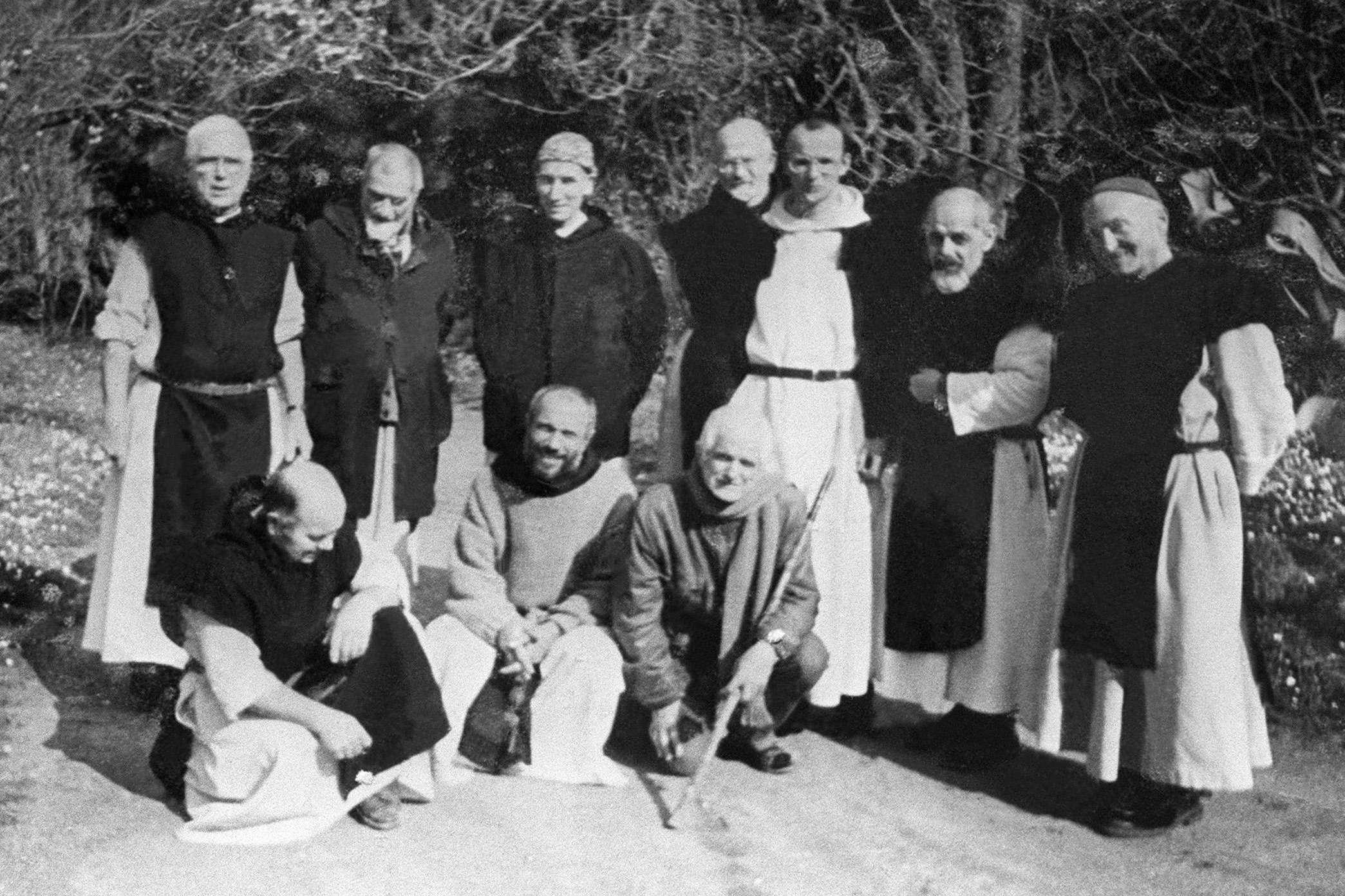 Photo non datée de six des sept moines trappistes kidnappés dans la nuit du 26 mars 1996 dans leur monastère à Tibéhirine, à 100 kilomètres au sud d'Alger.