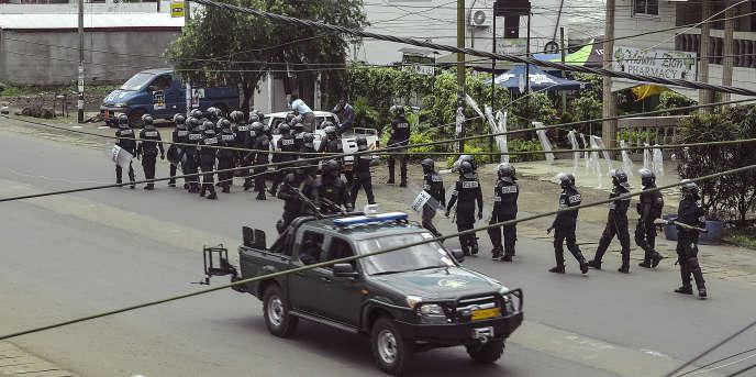 Des policiers camerounais en patrouille dans une rue du quartier administratif de Buea, à 60 km à l'ouest de Douala, le 1er octobre 2017