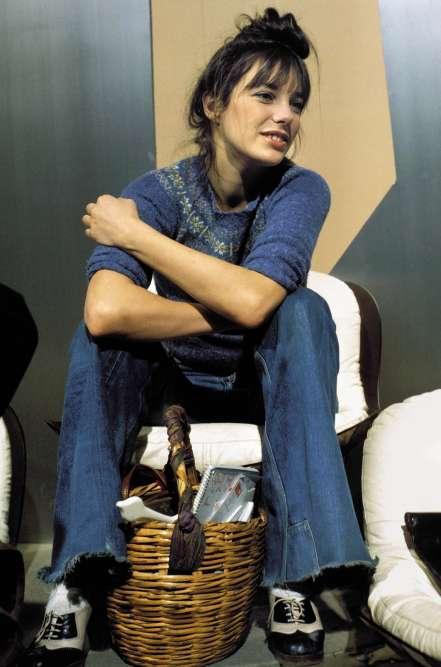 Une blogueuse mode de plus ? C'est un peu mieux que ça. Jane Birkin a 28 ans, chante les morceaux de son amoureux Serge Gainsbourg, joue dans des films cool («Blow-Up» et «La Piscine»), le tout en arborant des tenues au cordeau. De fait, on remarque ici un pull au motif Fair Isle, un jean trompette coupé aux ciseaux et une paire de «spectator shoes», originellement conçues par John Lobb en 1868 pour la pratique du cricket, mais devenues quelques décennies plus tard le soulier des hommes hauts en couleur ? Moralité ? Jane Birkin ferait un tabac sur Instagram.