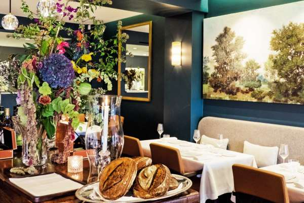 Le décor, bichonné par Nicolas Kelemen, est rehaussé par les bouquets de la maison Debeaulieu et la porcelaine signée Sylvie Coquet.