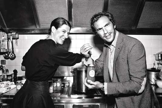 Patrizio Miceli, de l'agence Al Dente, s'est mis en scène (avec sa sœur Camille) dans la cuisine du couturier Azzedine Alaïa pour promouvoir sa gamme de produits gastronomiques italiens.