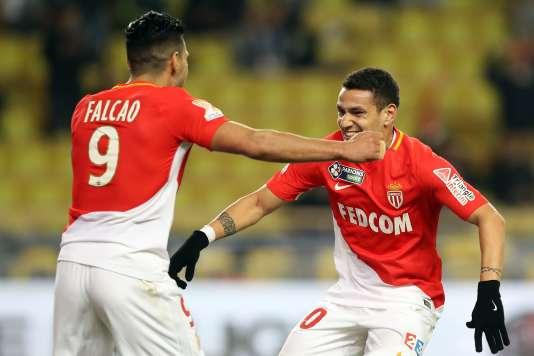 Le milieu monégasque Rony Lopes (à droite) félicite l'attaquant colombien Radamel Falcao (à gauche) après son but contre Montpellier en demi-finale de la Coupe de la Ligue, le 31 janvier.