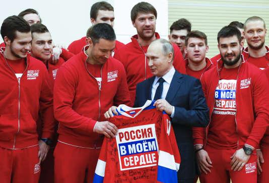 Le président russe Vladimir Poutine avec l'équipe nationale de hockey.