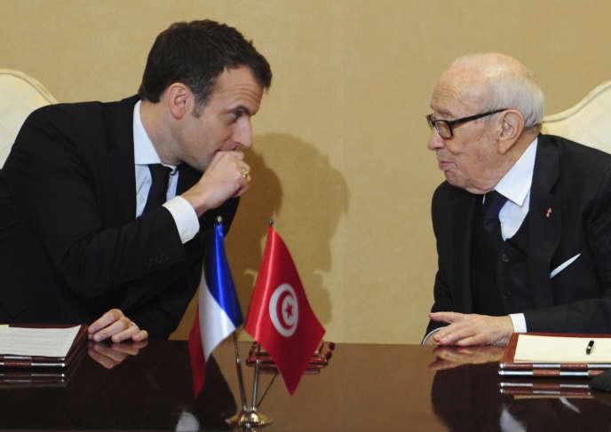 Le président français Emmanuel Macron, à gauche, aux côtés de son homologue tunisien Béji Caïd Essebsi, au palais présidentiel à Carthage, le 31 janvier.
