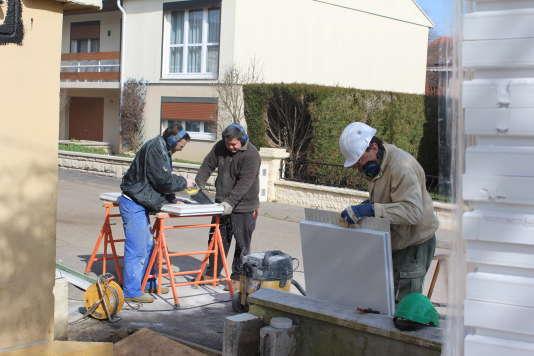 A Clairlieu, lotissement pavillonaire de Villers-lès-Nancy, les chantiers de rénovation énergétique des maisons sont participatifs : des bénévoles du quartier prennent part aux travaux, aux côtés de professionnels.
