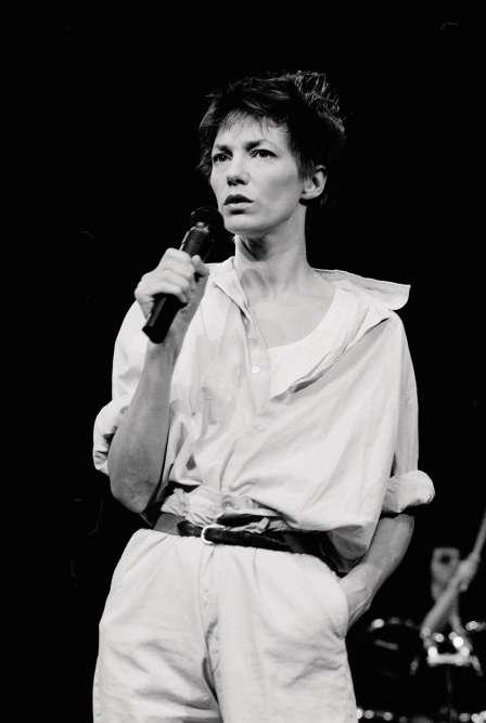 Treize ans, trois albums et une vingtaine de rôles plus tard, Jane n'est plus avec Serge Gainsbourg, mais elle interprète encore ses chansons. Ce soir-là, pour la première fois de sa vie, elle les chante même sans playback, au Bataclan, le cheveu coiffé-décoiffé, le col débraillé-débraillé, le bas de sa chemise rentré dans ce qui ressemble bien à un «Hollywood pants», le modèle de pantalon taille haute, large sur la jambe, que les acteurs et actrices américains adoptèrent dans les années 1930 pour être confort. Tout en restant hollywoodien quand même.