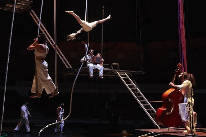 «Atelier 29», mis en scène par Mathurin Bolze, un spectacle de fin d'études de la 29e promotion spectacle de fin d'études de la 29e promotion du Centre national des arts du cirque de Châlons-en-Champagne (Marne).