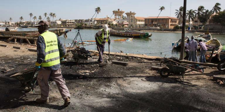 Devant l'une des boutiques mauritaniennes brûlées lundi 29 janvier à Saint-Louis au Sénégal par les pêcheurs en colère contre la mort de l'un des leurs, tué par les gardes-côtes mauritaniens.