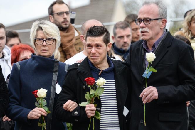 Jonathann Daval (au centre) et ses beaux-parents lors d'une marche silencieuse, à Gray (Haute-Saône), le 5 novembre 2017.