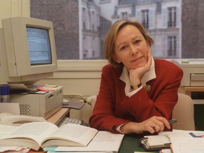 Photo prise le 8 décembre 1998, dans son bureau, de la sociologue Irène Théry, auteur du rapport