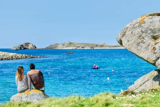 A Porspoder, vue sur la presqu'île Saint-Laurent et ses eaux bleu-turquoise.