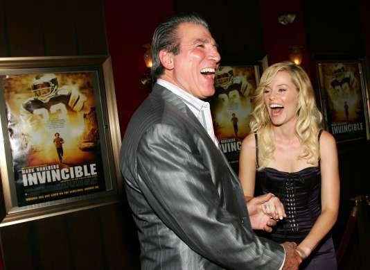 Vince Papale, tout sourire avec l'actrice Elizabeth Banks,lors de la première du film «Invincible», en août 2006.