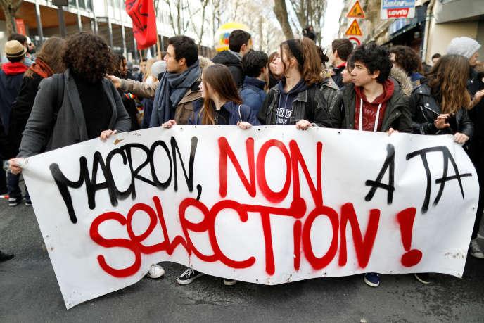 Des étudiants manifestent contre la loi réformant les règles d'entrée à l'université, le1erfévrier à Paris.