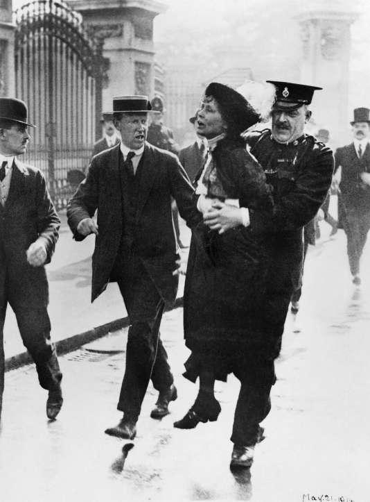 Emmeline Pankhurst, chef du mouvement des suffragettes, est arrêtée devant le palais de Buckingham, à Londres, alors qu'elle tentait de présenter une pétition au roi GeorgeV, en mai 1914.