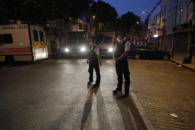 Deux officiers de police sécurisent le périmètre autour de la mosquée de Finsbury Park, où l'attaque a eu lieu le lundi 19 juin 2017, peu après minuit.