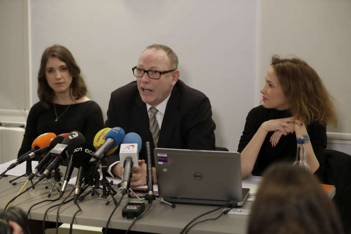 Les avocats et défenseurs des droits humains Jessica Jones (à gauche), Ben Emmerson (au centre) et Rachel Lindon (à droite) donnent une conférence de presse à propos de la situation des trois ex-dirigeants catalans qu'ils défendent, le 1er février 2018.