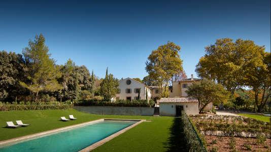 La piscine du Domaine Fontenille, à Lauris, est idéale pour se la couler douce.
