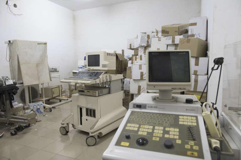 Dans l'hôpital de Kpalimé, au Togo, la salle des équipements inutiles ou hors d'usage que le personnel surnomme le« cimetière des éléphants».