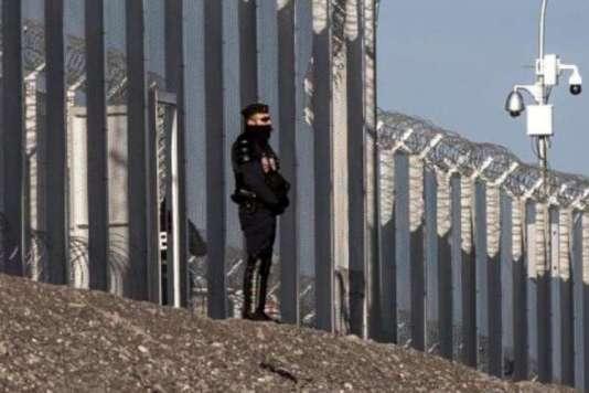 Un policier français devant une clôture le long de l'A16 près de Calais, en janvier 2016.