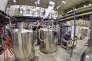Une chercheuse de l'expérience Alpha, au CERN, près de Genève, manipule des bonbonnes de gaz pour refroidir le dispositif de piégeage d'antiprotons et d'antiélectrons.