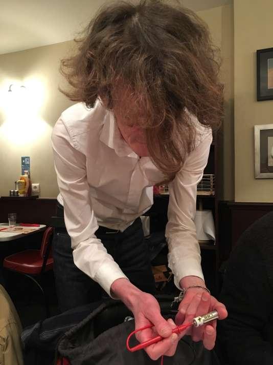 Laurent, animateur de la soirée, a apporté un multimètre pour mesurer la conductance électrique de la peau de chacun.