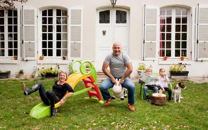 Olivier Boulet commence par un long entretien avec ses clients : quel est leur univers, leur décor, leur passion ? Autour de ce qui lie les membres de la famille, il tisse un scénario.