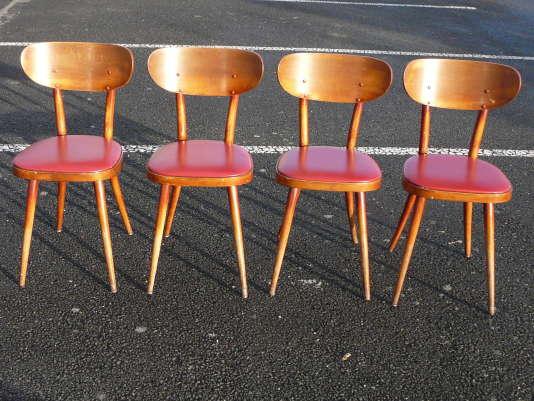 Quatre chaises Baumann aux dossiers en bois massif courbé.