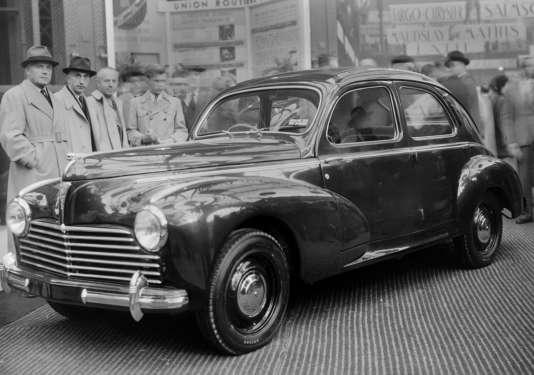 Une Peugeot 203, lors de sa présentation au salon de l'automobile, à Paris, en octobre 1948.