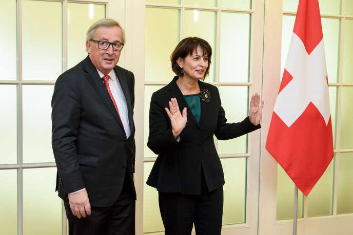 Le président de la Commission européenne, Jean-Claude Juncker et l'ex-présidente de la Confédération suisse, Doris Leuthard, le 23 novembre 2017, à Berne.